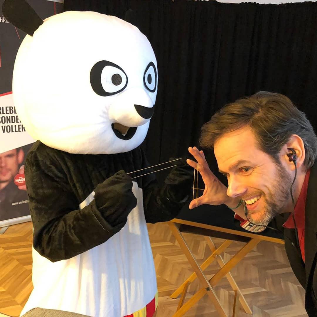 Gemeinsam mit dem Kung Fu Panda verzauberte ich die Kids der WingTsun-Schule von Andreas Klostermann in Hockenheim. Etwa 50 Kinder sowie deren Geschwister und Eltern waren online zugeschaltet, als es… Ganzen Beitrag lesen
